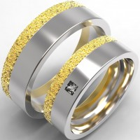 Пара обручальных колец из желтого и белого золота с бриллиантом